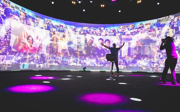 Tony Robbins dans une séance virtuelle de storytelling.